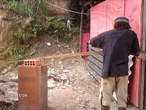 Das rosa Haus ist unsere Material-Lagerstätte. Hier werkelt Pere fleißig.