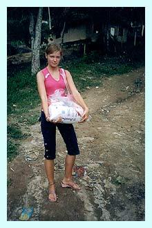 Hier seht ihr mich mit einem Grundnahrungspaket - cesta basica!