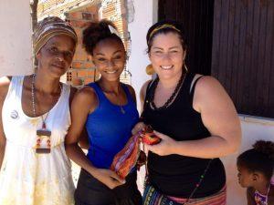 hier könnt ihr noch zwei weitere wichtige Frauen sehen. Links seht ihr Neide, die unser Handarbeitsprojekt in Baiacú leitet und unentwegt mit Katrin neue Ideen spinnt, damit die Mädchen nicht nur einen kleinen Zuverdienst haben sondern sich emanzipieren und selbstverwirklichen können. Rechts seht ihr Joana Lissmann, ebenfalls Vorständin, die unsere Arbeit nach besten Kräften unterstützt!